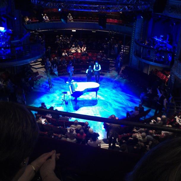 пианото излиза от пода, както и всичко останало на сцената